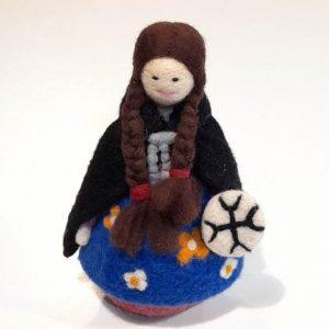 Figura mujer mapuche en fieltro